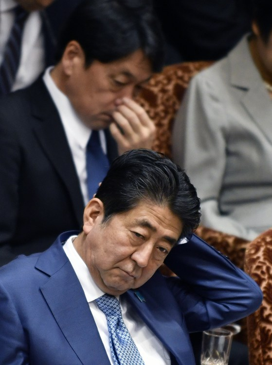 일본 아베 신조 총리(아래)와 오노데라 이쓰노리 방위상(위)이 북한이 탄도미사일을 발사한 29일 국회에 출석해 정부 답변을 기다리고 있다. [도쿄 EPA]