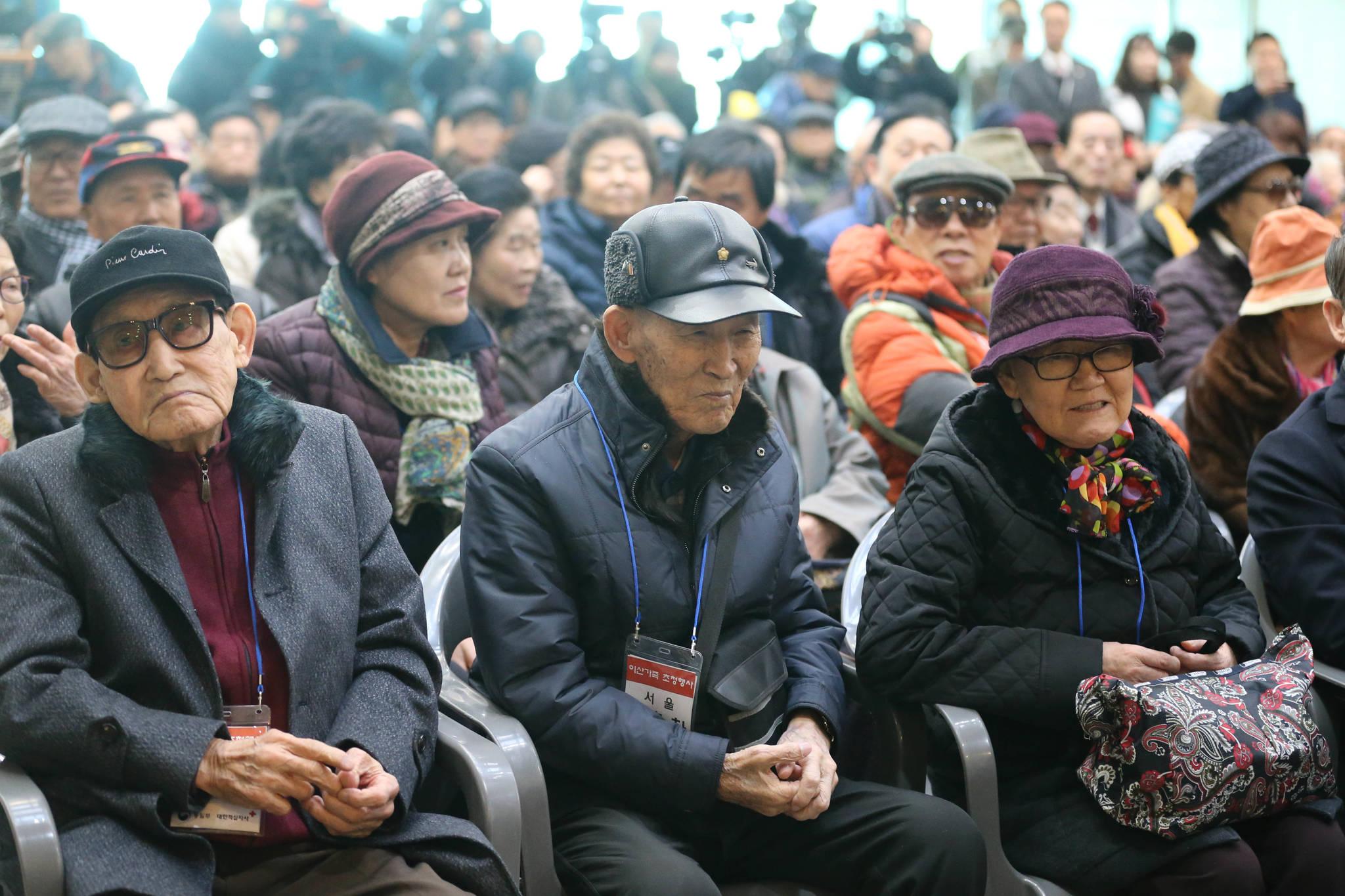 이산가족들이 개막식 식전행사에 참석해 노래공연을 듣고 있다. 신인섭 기자