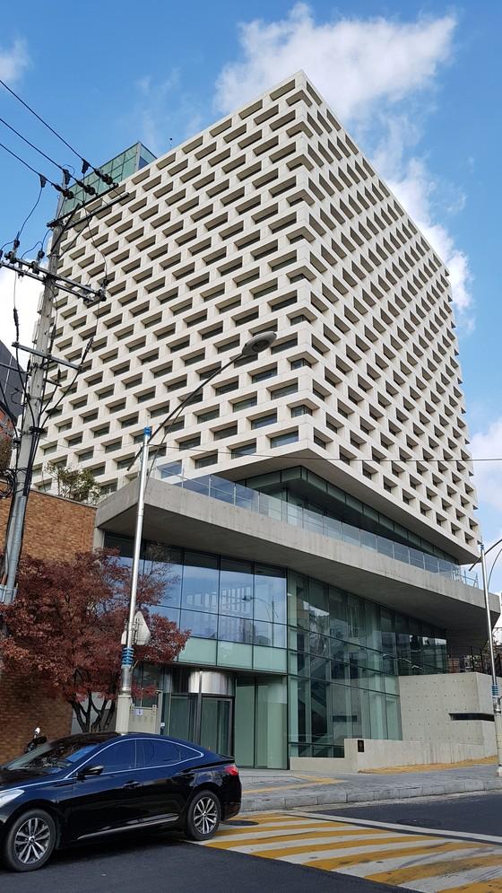 서울 동작구 상도터널 위에 있는 김영삼 기념도서관. 공사는 거의 끝났지만 2년째 문을 닫아놓고 있다. 김진국 기자