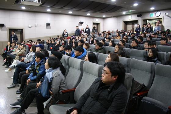 마포유아스포츠단 신입생 추첨이 열린 25일 마포청소년수련관 2층 강당이 학부모들로 꽉 차 있다.
