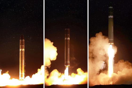김정은 북한 노동당 위원장이 미사일 발사 지시를 친필명령한 대륙간 탄도미사일(ICBM) '화성-15'가 성공적으로 발사됐다고 조선중앙통신이 29일 보도했다. 사진은 화성-15형 시험발사 모습. [연합뉴스]