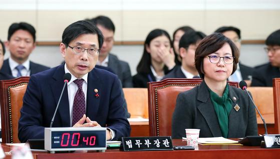 박상기 법무부 장관(왼쪽)이 30일 오전 국회에서 열린 법제사법위원회 전체회의에서 의원들 질의에 답하고 있다. 오른쪽은 김소영 법원행정처장. 임현동 기자