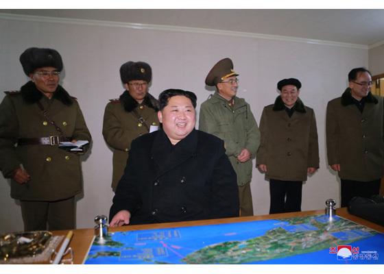 김정은 북한 노동당 위원장이 29일 대륙간탄도미사일(ICBM)급 화성-15형 발사를 앞두고 관계자들과 얘기를 나누고 있다. [조선중앙통신]