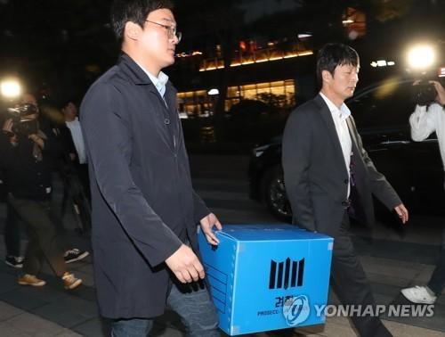 검찰이 서울 종로구 한국 맥도날드 사무실 압수수색할 때의 모습. [연합뉴스]