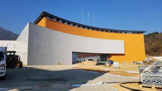 구미 박정희로에서 건설 중인 새마을 테마 공원의 본 건물. 2017년 말까지 완공해 18년 초 개관 예정이다. 김진국 기자