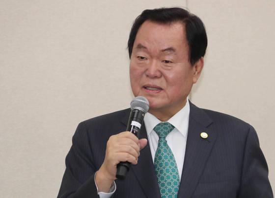 김경재 한국자유총연맹 총재가 지난달 26일 오전 국회에서 열린 국정감사에서 의원들의 질의에 답변하고 있다. [연합뉴스]