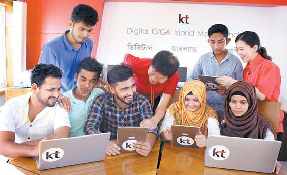 '기가 스토리'는 기가 인프라와 ICT 솔루션을 토대로 생활의 변화를 추구한다. 올해는 방글라데시 모헤시칼리 섬에 기가 아일랜드를 구축하고 주민의 생활 개선을 위한 프로그램을 운영하고 있다. [사진 KT]
