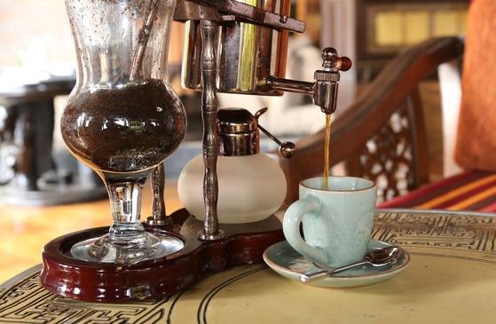 코끼리 배설물에서 얻은 생두를 정제해 코끼리똥 커피, 블랙아이보리커피 원두를 얻는다. 코끼리똥 커피를 에스프레소 머신에서 추출하는 모습.