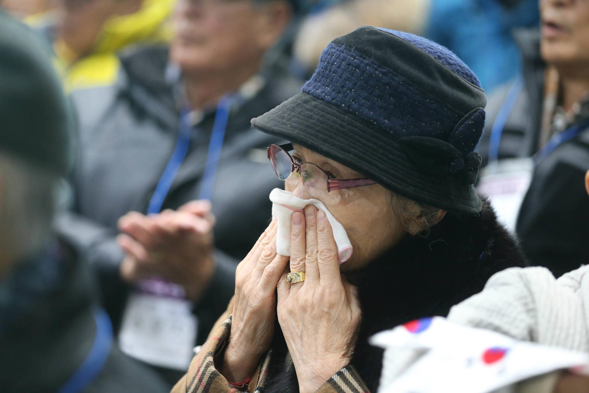 개막식 식전행사에 참석한 신명옥(76)씨가 노래공연을 들으며 눈물 짓고 있다. 신인섭 기자