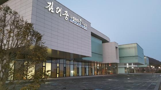 목포 삼학도에 세워진 김대중노벨평화상기념관. 앞쪽에 보이는 전시동과 켄벤션동으로 만들어져 있다.