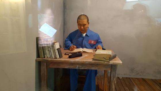 김대중기념관에 있는 김대중 전 대통령의 옥중 모습 인형. 김진국 기자