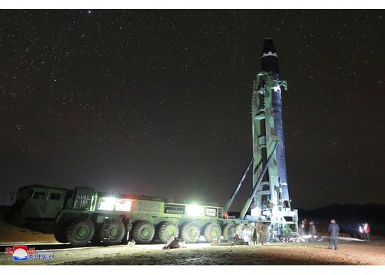 김정은 북한 노동당 위원장이 미사일 발사 지시를 친필명령한 대륙간 탄도미사일(ICBM) '화성-15'가 성공적으로 발사됐다고 조선중앙통신이 29일 보도했다. [평양 조선중앙통신]