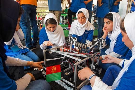 7월 미국 로봇경진대회에 참여했던 아프간 소녀들. [AFP=연합뉴스]
