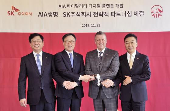 왼쪽부터 안정옥 SK㈜ C&C 사업대표, 장동현 SK주식회사 대표이사, 빌 라일 AIA 지역 총괄 CEO, 차태진 AIA생명 대표. [사진 SK㈜]