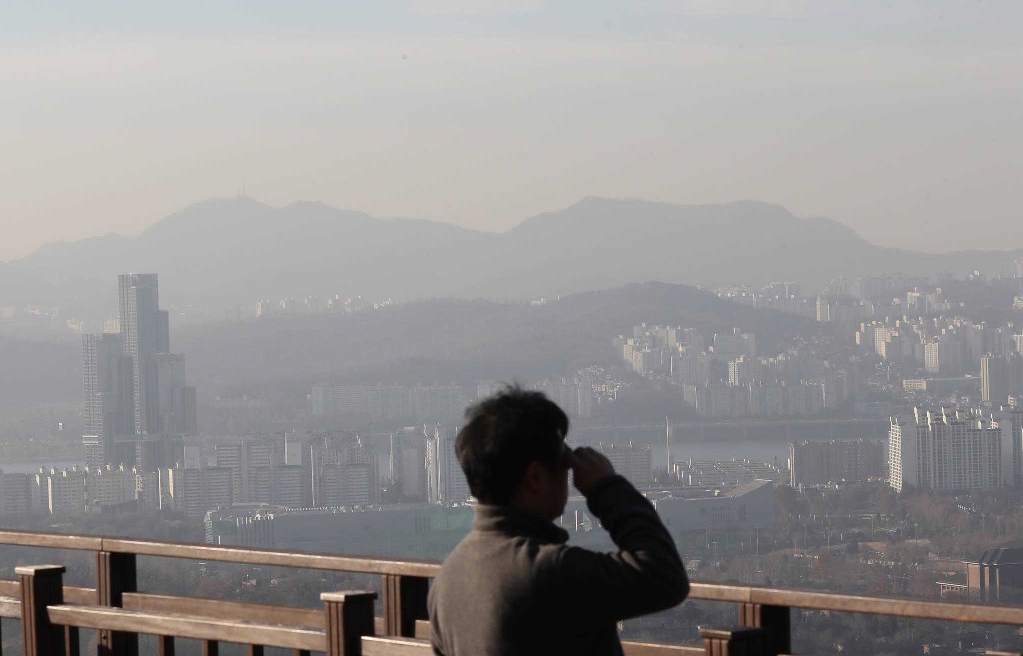 지난달 29일 황사와 미세먼지로 뒤덮인 서울 시내 모습. [사진 연합뉴스]