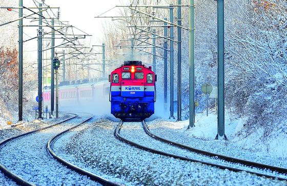 겨울 기차 여행의 즐거움 중 하나는 눈 쌓인 선로를 가로지르는 기차의 창문을 통해 바깥의 풍경을 바라보는 것이다. [사진제공=코레일]