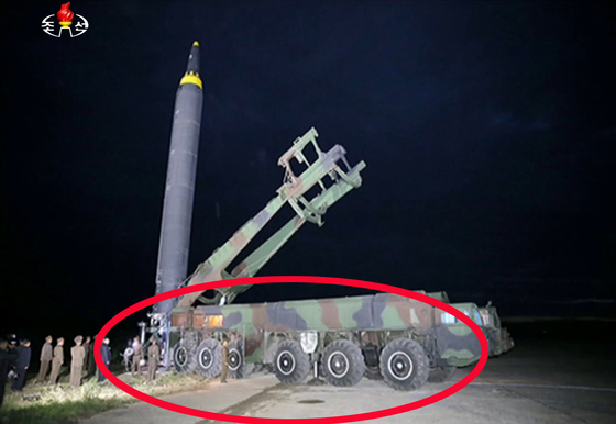 북한이 지난달 29일 발사 훈련을 한 중장거리탄도미사일(IRBM) '화성-12형'의 발사 준비 과정을 담은 사진을 30일 조선중앙TV를 통해 공개했다.   사진에는 화성-12형 미사일이 이동식 발사 차량에 실려 발사 장소로 이동한 뒤 지상에 설치된 거치대에 수직으로 세워지는 과정이 담겼다. [연합뉴스]