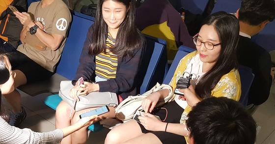 발리로 여행을 떠났다가 화산 분화로 발이 묶였던 한국 여행객들이 11월 30일(현지시간) 인도네시아 수라바야 공항에서 정부가 투입한 아시아나 전세기에 몸을 싣고 귀국길에 올랐다. 현지 공항에서 취재진과 인터뷰를 진행하는 여행객의 모습. [연합뉴스]