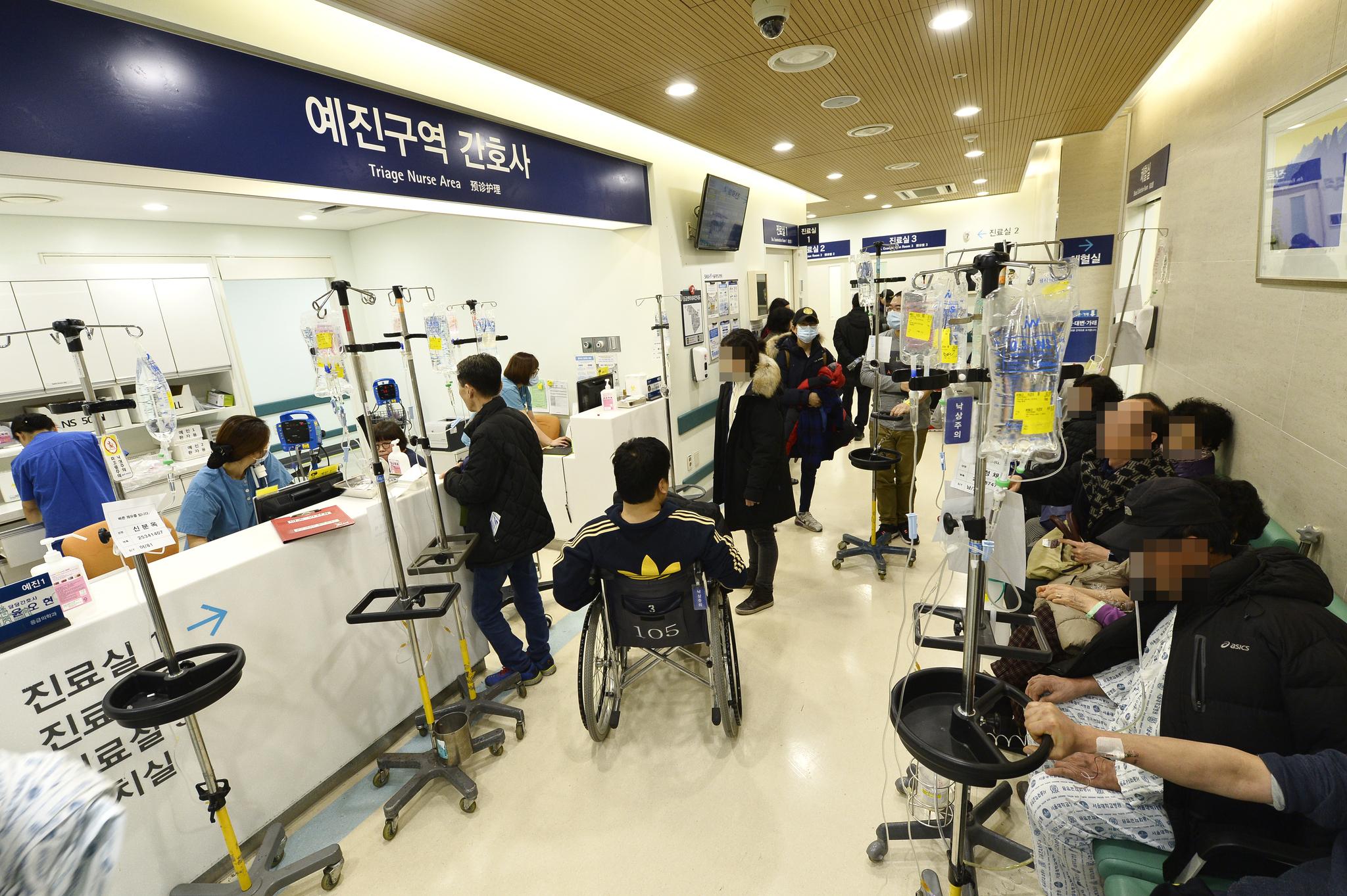 진료를 기다리는 환자들로 가득 찬 서울대병원 응급실. [중앙포토]