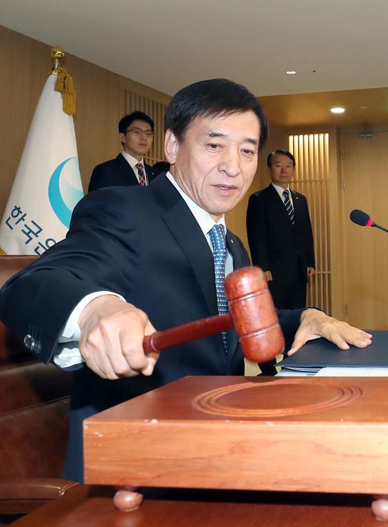 한국은행이 30일 금융통화위원회를 열고 기준금리를 연 1.25%에서 연 1.50%로 인상했다. 이날 이주열 총재가 의사봉을 두드리고 있다. [우상조 기자]
