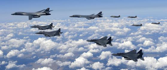 한국 공군 F-15K 전투기 4대가 美 B-1B 전략폭격기 2대, F-35B 전투기 4대와 함께 연합 훈련을 실시했다. 이날 한미 연합 편대는 연합 작전수행능력 증진하는 것은 물론, 필승사격장에서 실사격 훈련을 했다.[사진 공군] * F-15K(무장 MK-82), B-1B(무장 MK-84), F-35B(무장 GBU-32) 한국 공군 F-15K 전투기 4대가 美 B-1B 전략폭격기 2대, F-35B 전투기 4대와 함께 연합 훈련을 실시하고 있다.