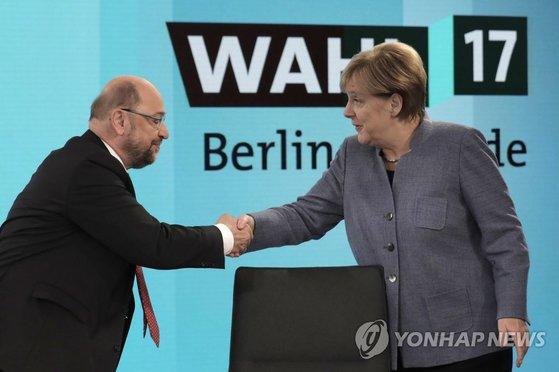 메르켈 독일 총리(오른쪽)와 슐츠 사민당 대표 [AP=연합뉴스]