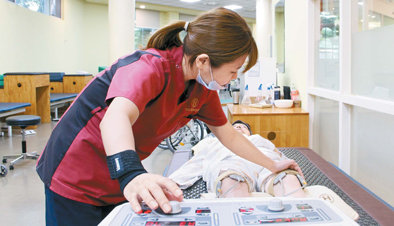 헤리티지너싱홈은 보바스 전문치료사 과정을 이수한 물리치료사의 질환별 맞춤치료는 물론 1:1 재활치료를 받을 수 있는 특화된 요양원이다. 통증 감소 및 저하된 신체 기능 회복을 위한 다양한 치료기구와 운동치료를 통해 신체 기능 활성화를 꾀한다. [사진 헤리티지너싱홈]