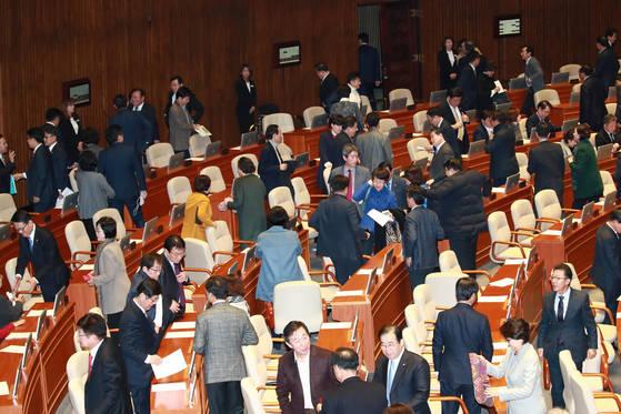 내년 예산안 법정 시한 처리가 불발된 2일 오후 9시 50분께 본회의가 정회되자 여야 의원들이 본회의장을 나서고 있다. [연합뉴스]