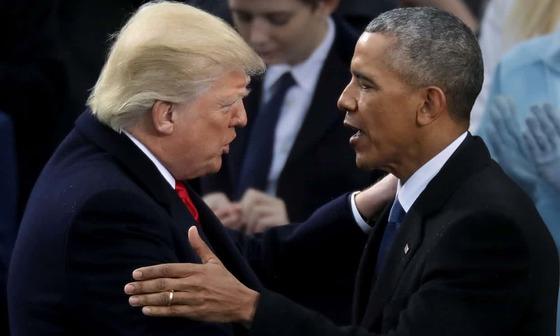 지난 1월 도널드 트럼프 미국 대통령의 취임식에서 만난 트럼프 대통령(왼쪽)과 버락 오바마 전 대통령.  [중앙포토]