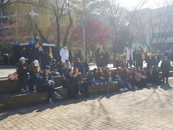 서울대 캠퍼스에 모인 학생들 상당수가 롱 패딩 '과잠'을 입고 있다. 송우영 기자