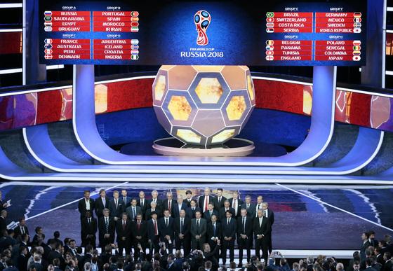 2일 러시아 모스크바 크레믈린궁 콘서트홀에서 열린 2018 러시아 월드컵 본선 조추첨식. [모스크바 AP=연합뉴스]