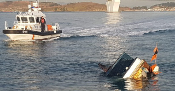 2일 오전 7시 48분쯤 여수시 돌산읍 신기항 앞 해상에서 연안통발 어선 M호(2.96t)와 여객선 H호(677t)가 충돌, 어선 M호가 침몰하고 M호에 타고 있던 선장 A씨(71) 부부가 바다에 떨어져 부상했다. 침몰하고 있는 어선. [사진 여수해경]