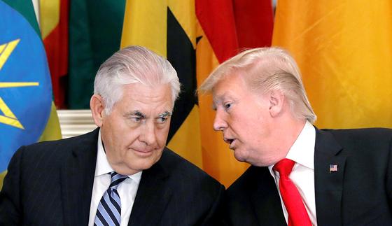 도널드 트럼프(오른쪽) 미국 대통령이 1일(현지시간) 렉스 틸러슨 미국 국무장관의 해임설을 일축했다. [연합뉴스]