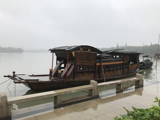 중국 공산당은 작은 유람선 위에서 탄생했다. 마오쩌둥 등 공산당 초기 당원들은 1921년 8월 2일 저장성 자싱시 난후에서 관광객으로 가장한 채 선상회의를 열어 창당선언문을 통과시켰다. 사진은 1959년 복원돼 난후에 보관 중인 '홍선'. [예영준 특파원]
