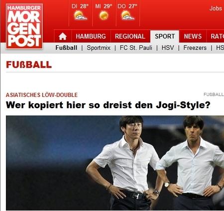 독일 함부르크 모르겐포스트는 2012년 신태용은 아시아의 뢰브 쌍둥이라고 보도했다. 이 매체는 당시 신태용 성남 감독이 함부르크와 경기에 뢰브 독일 감독과 동일한 패션으로 나섰다고 소개했다. 두 사람이 하얀 셔츠와 검정 바지를 입고 허리에 손을 얹은 포즈마저 흡사한 사진도 첨부했다. [사진 함부르크 모르겐포스트]