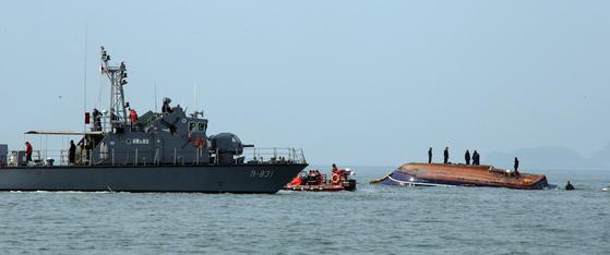 해경과 해군이 3일 오전 낚싯배 전복 사고 현장에서 수색작업을 하고 있다. 최정동 기자