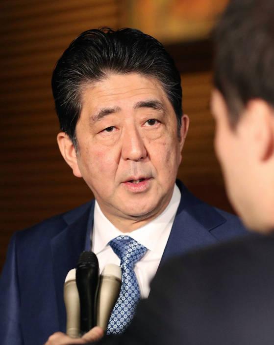 지난달 29일 아베 신조(安倍晋三) 일본 총리가 총리관저에서 기자들에게 북한의 미사일 발사와 관련해 입장을 밝히고 있다.[교도=연합뉴스]