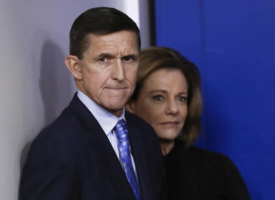 러시아 스캔들의 핵심인 마이클 플린 전 국가안보회의 보좌관(왼쪽)과 캐슬린 맥팔랜드 전 NSC 부보좌관. [AP=연합뉴스]