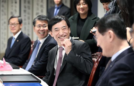 이주열 한국은행 총재(가운데)가 1일 금융협의회에 참석해 은행장들과 이야기하고 있다. [뉴스1]