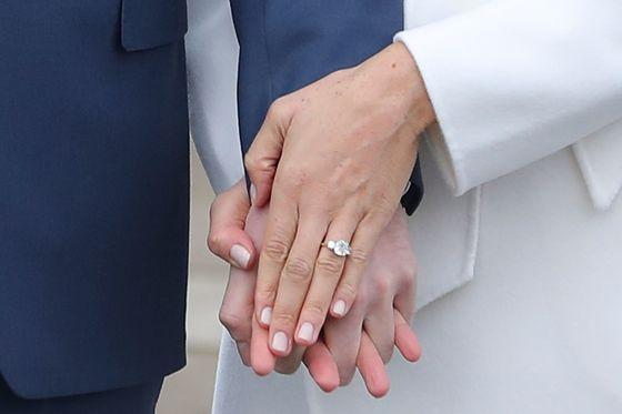약혼 발표 자리에서 포착된 다이아몬드 웨딩링과 누드톤 네일. 핑크빛이 도는 네일은 전형적인 영국 왕실의 스타일이다. [신화=연합뉴스]
