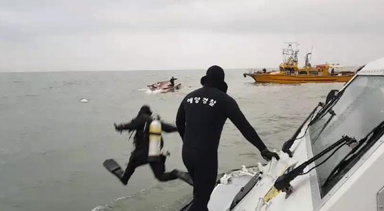 해경 대원들이 3일 오전 6시 12분께 인천 영흥도 인근 해상에서 전복된 낚싯배에 타고 있던 실종자들을 수색하고 있다. [연합뉴스]