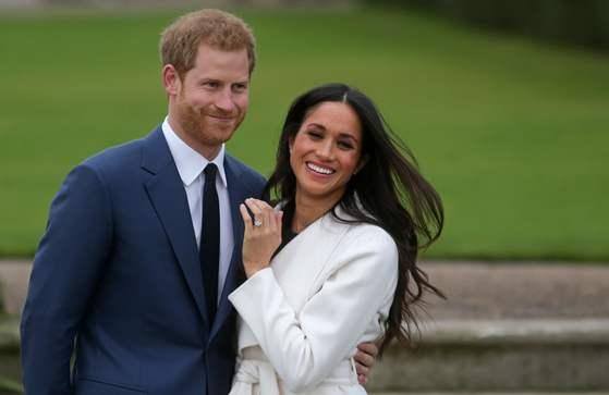 11월 27일 영국 런던 켄싱턴 궁에서 약혼 사실을 발표한 해리 왕자와 피앙세 메건 마클. [AFP=연합뉴스]