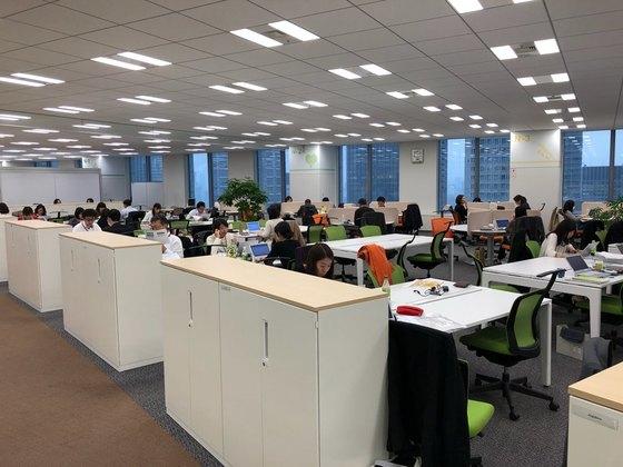 직원들은 원하는 시간에 출근해 매일 다른 자리에서 일할 수 있다. 책상위에는 고정전화기나 서류가 없이 깨끗하다.