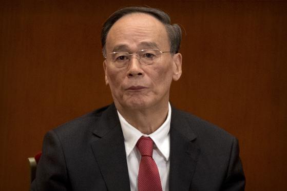 지난 10월 18일 제 19차 중국 공산당 전국대표대회 개막식에 참석한 왕치산 중앙기율검사위 서기. 홍콩 사우스차이나모닝포스트는 최근 왕치산 전 서기가 은퇴에도 불구하고 정례 상무위원회 회의에 참석한다고 보도했다. [AP=연합]