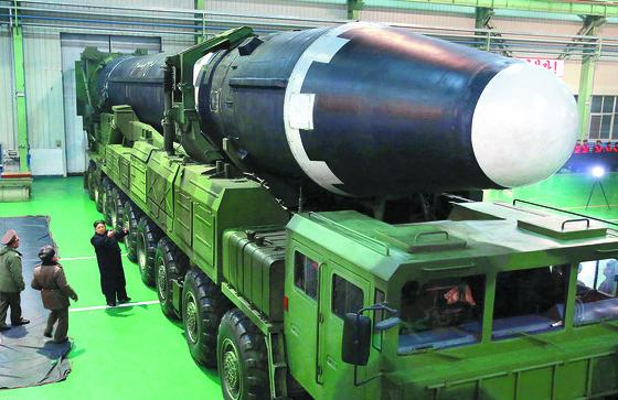 지난달 29일 북한이 시험발사한 화성-15형 미사일을 살펴보고 있는 김정은. [조선중앙통신=연합뉴스]