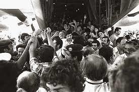 엔테베 작전 뒤 구출된 피랍 여객기 승객들이 돌아오고 있다. 작전을 주도한 특수부대의 요나단 네타냐후는 이 작전의 유일한 희생자가 됐다. 그의 동생 베냐민도 특수부대를 거쳐 현재 이스라엘 총리를 맡고 있다. [중앙포토]