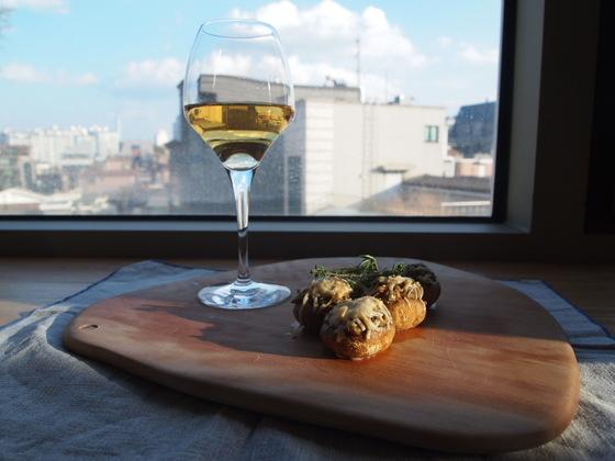 한 입에 쏙 들어가는 크기의 양송이 타파스와 와인을 곁들였다. 한 입 베어 물면 특유의 향과 풍미가 입안을 가득 채우는 이 버섯 요리는 특히 화이트 와인과 잘 어울린다. 유지연 기자