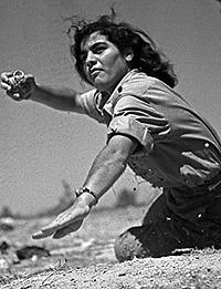 1948년 이스라엘 독립전쟁 당시 여성 전사가 수류탄 투척을 준비 중인 모습. 국가안보를 위해 목숨을 걸고, 갖은 지혜를 발휘하는 투철한 국가관의 소유자만이 모사드의 수장이 될 수 있다. [중앙포토]