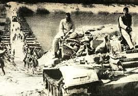 1973년 욤키푸르 전쟁 당시 이스라엘군 기갑부대가 부교를 통해 수에즈 운하를 건너 이집트 본토로 향하고 있다. 당시 이집트군의 기습에 허를 찔려 항공과 기갑 전력의 상당 부분을 상실한 이스라엘군은 필사적인 반격으로 수에즈 운하를 건너 이집트 수도 카이로에 접근하는 데 성공했다. 이를 통해 간신히 휴전을 이룰 수 있었다. 적의 공격 징후를 제대로 판단하지 못한 '정보 실패'가 전쟁 초기에 밀린 원인으로 분석된다. [중앙포토]