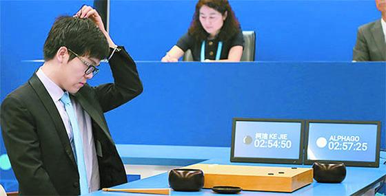 바둑 세계 최강자 커제(중국) 9단이 지난 5월 인공지능 프로그램 알파고와의 1국에서 수가 뜻대로 풀리지 않자 머리를 긁적이고 있다. [우전 로이터=연합뉴스]